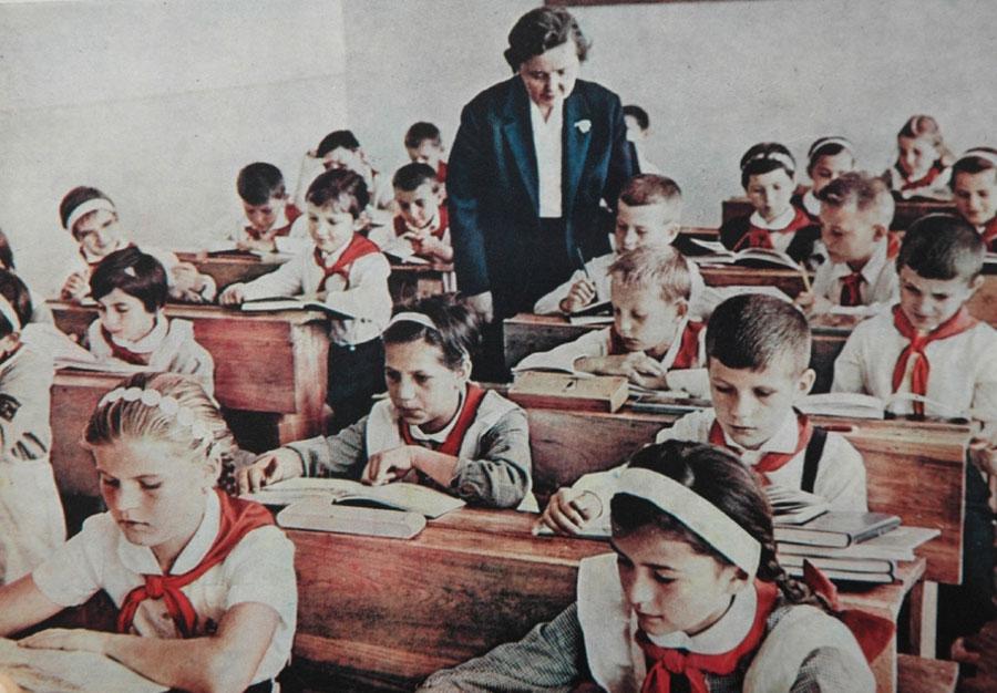 Elevul în perioada comunistă trebuia să respecte un set de norme şi obligaţii care acum par desuete