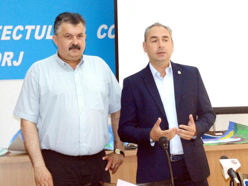 Inspectorul școlar general Ion Ișfan și vicepreședintele Consiliului Județean Gorj, Ciprian Florescu, au premiat câștigătorii