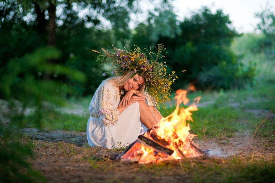 Cea mai frumoasă fată se alege Drăgaică, se primeneşte cu spice de grâu şi flori de sânziene, ca o mireasă