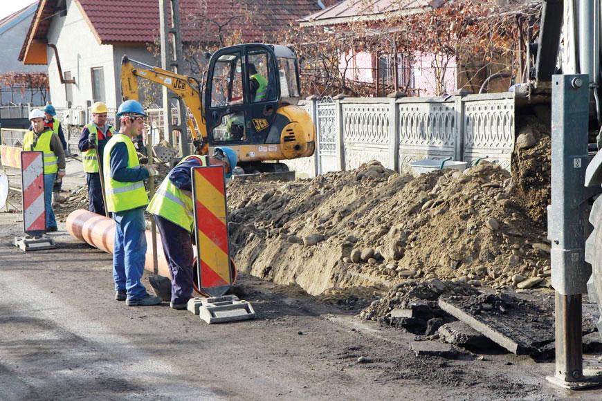 Deși vor suferi un disconfort din cauza săpăturilor ce se fac acum în zonă, locuitorii din Drăgoieni și alte străzi adiacente vor avea, în sfârșit, canalizare