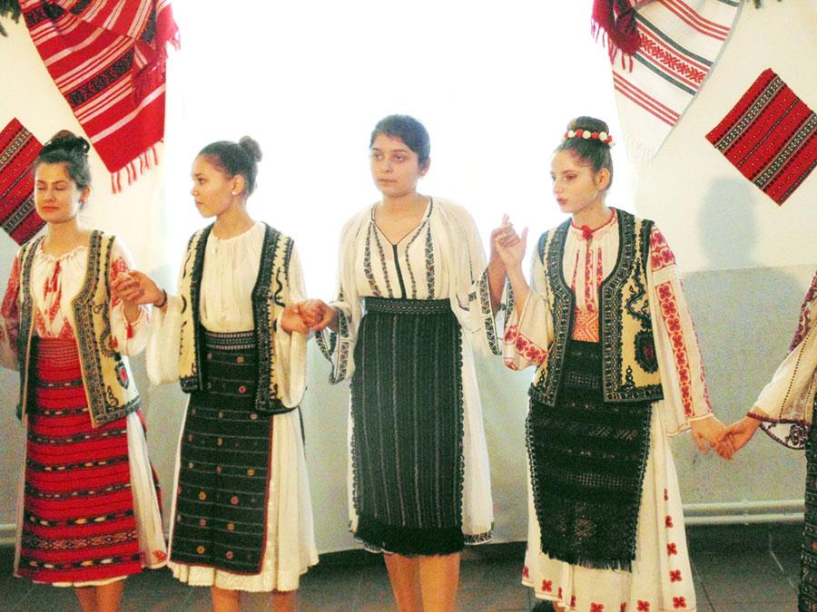 Cu un veac în urmă dar și în prezent, portul popular joacă un rol important la Bălești