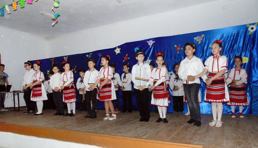 Elevii din Bălești și-au omagiat mamele