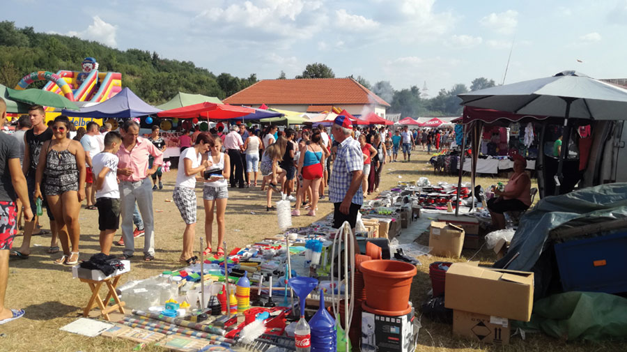 Localnicii din Plopșoru și din împrejurimi sunt nelipsiți de la bâlciul anual.