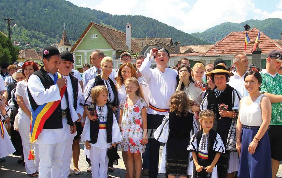Locuitorii zonei încă mai păstrează costumele populare ale strămoșilor